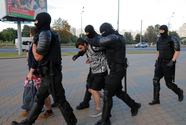 Les forces de l'ordre biélorusses arrêtent des manifestants lors d'un rassemblement de l'opposition après l'élection présidentielle à Minsk, en Biélorussie, le 10 août 2020.