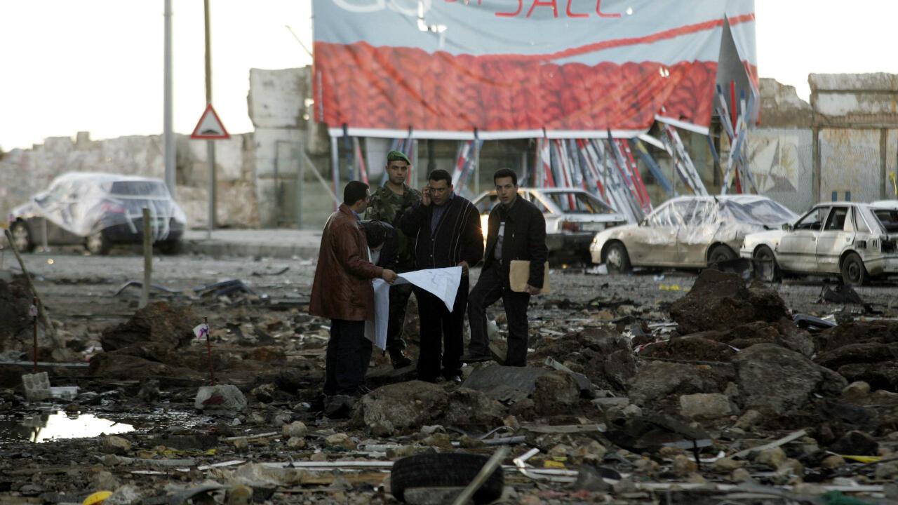 Imagen de archivo. Investigadores libaneses revisan el lugar del asesinato del ex primer ministro libanés Rafiq Hariri en el centro de Beirut el 21 de febrero de 2005.