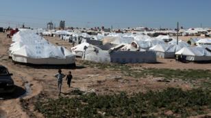 Des enfants marchent dans un camp de déplacés du gouvernorat d'Hassaké, le 8 mars 2019, en Syrie.
