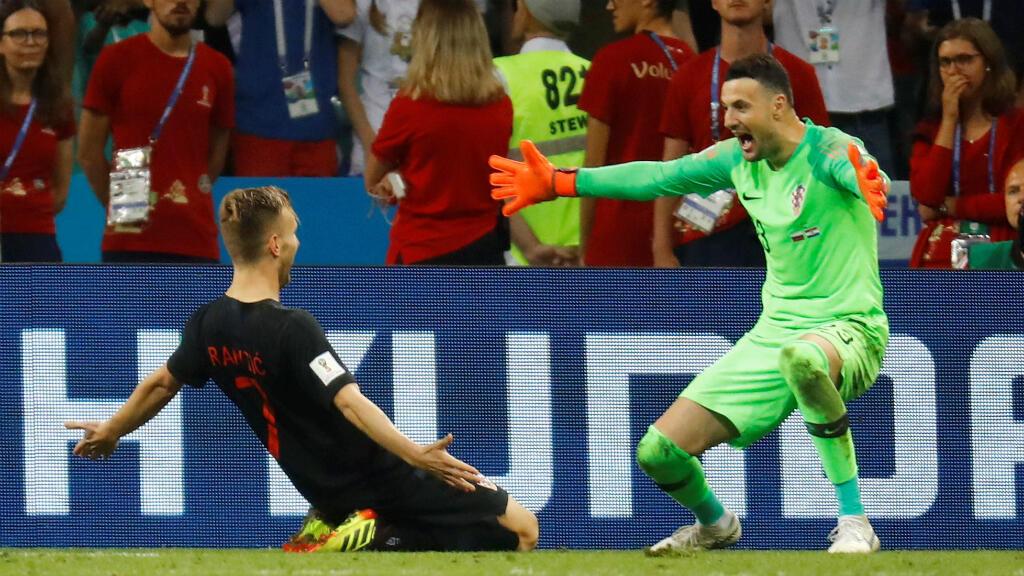 Rakitic celebra el penal de la victoria con Subasic que atajó un remate en la tanda de penaltis