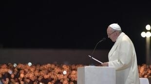 البابا فرنسيس يلقي عظة في باحة مزار سيدة فاتيما في 12 أيار/مايو 2017