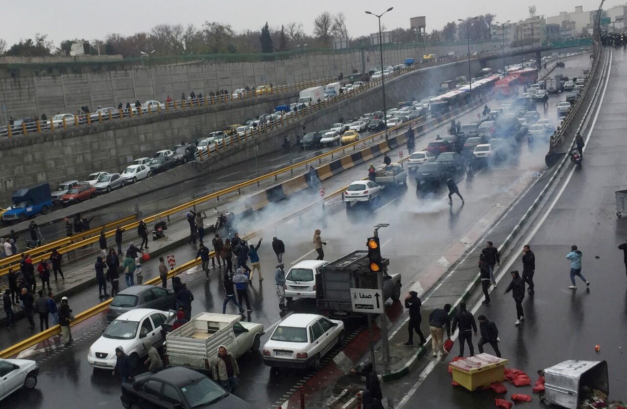 Une manifestation contre l'augmentation du prix de l'essence sur une autoroute à Téhéran, en Iran, le 16 novembre 2019.