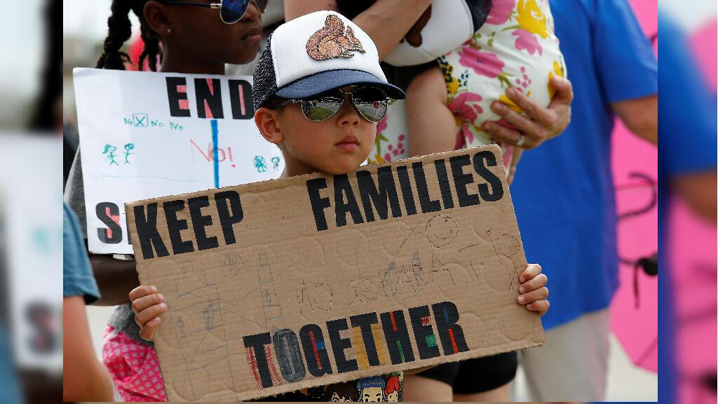 Manifestantes participan este martes en una protesta para pedir el cierre de los centros de detención de migrantes, en Richardson, Texas, Estados Unidos, el 2 de julio de 2019.
