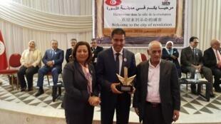 الزميل توفيق مجيد يتسلم الجائزة الدولية للإعلام