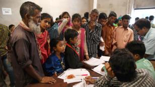 Des responsables du registre national des citoyens de l'État d'Assam (NRC) vérifiant des documents de résidents indiens, le 31 mai 2019.