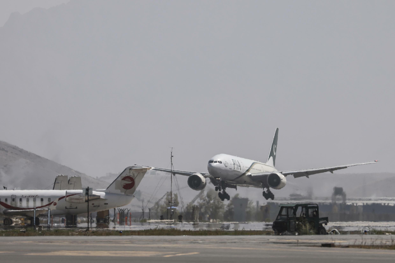 Un avion de la compagnie pakistanaise PIA atterrit à l'aéroport de Kaboul, le 13 septembre 2021 en Afghanistan