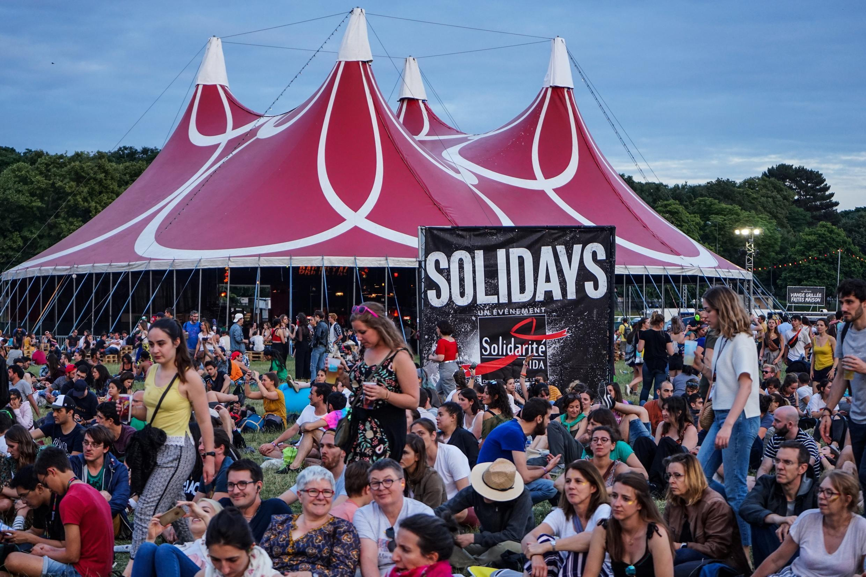 Des spectateurs lors de la 21e édition de Solidays à l'hippodrome de Longchamp, le 22 juin 2019.