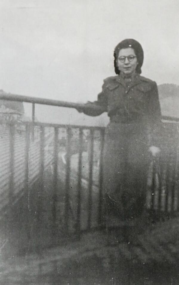 Anne-Marie Trégouët en uniforme de l'armée française, l'une des premières à porter un pantalon