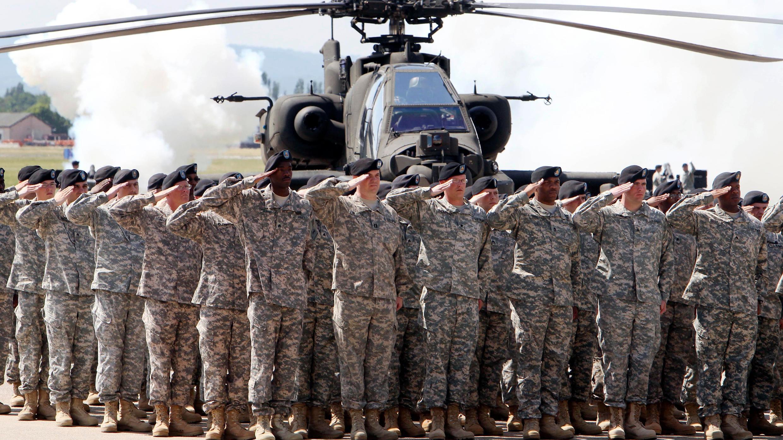 En esta foto de archivo del viernes 13 de mayo de 2011, los soldados de 1AD asisten a una ceremonia de la Primera División Blindada en el aeródromo del Ejército de EE. UU. en Wiesbaden, Alemania.