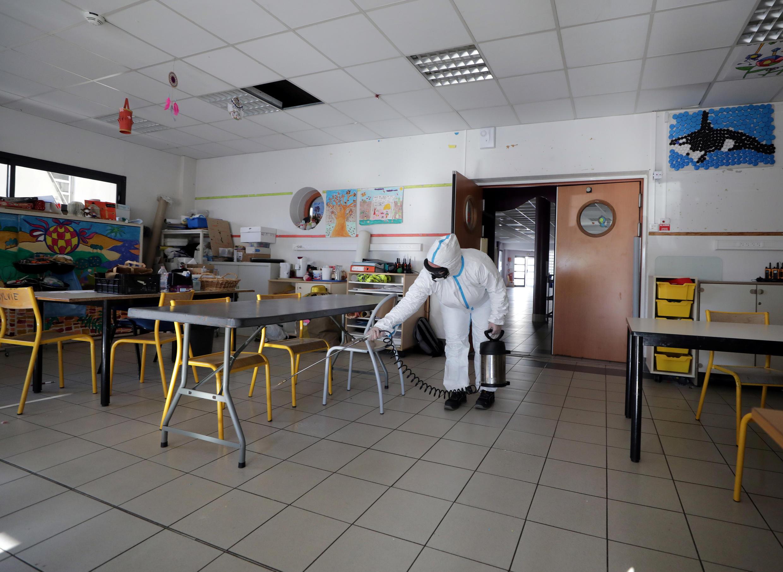 Des agents désinfectent les salles de classe d'une école à Cannes, en France, le 10 avril 2020.