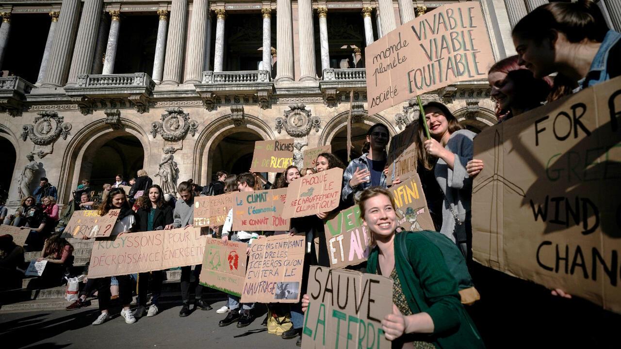 Des étudiants lors de la marche pour le climat, face à l'Académie nationale de musique à Paris le 22 février 2019