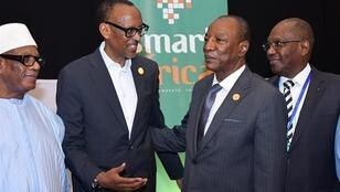 El presidente de Ruanda, Paul Kagame (2do izquierda), y el presidente de Guinea, Alpha Conde (2do a la derecha), conversan a su llegada a la 32ª Cumbre de la Unión Africana, en Adís Abeba, Etiopía. 11 de febrero de 2019.