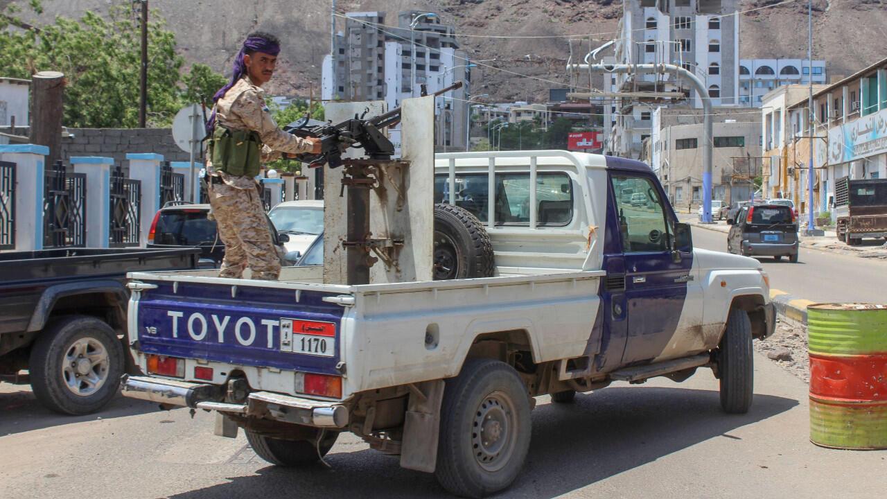 Un combattant du Conseil de transition du sud du Yémen (STC) à l'arrière d'un véhicule déployé dans la ville d'Aden, au sud du pays, le 26 avril 2020.