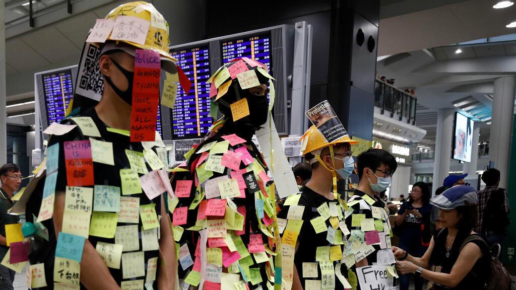Un grupo de manifestantes se cubre con notas post-it como parte de las protestas contra los ataques en la estación de Yuen Long el pasado domingo 21 de julio.