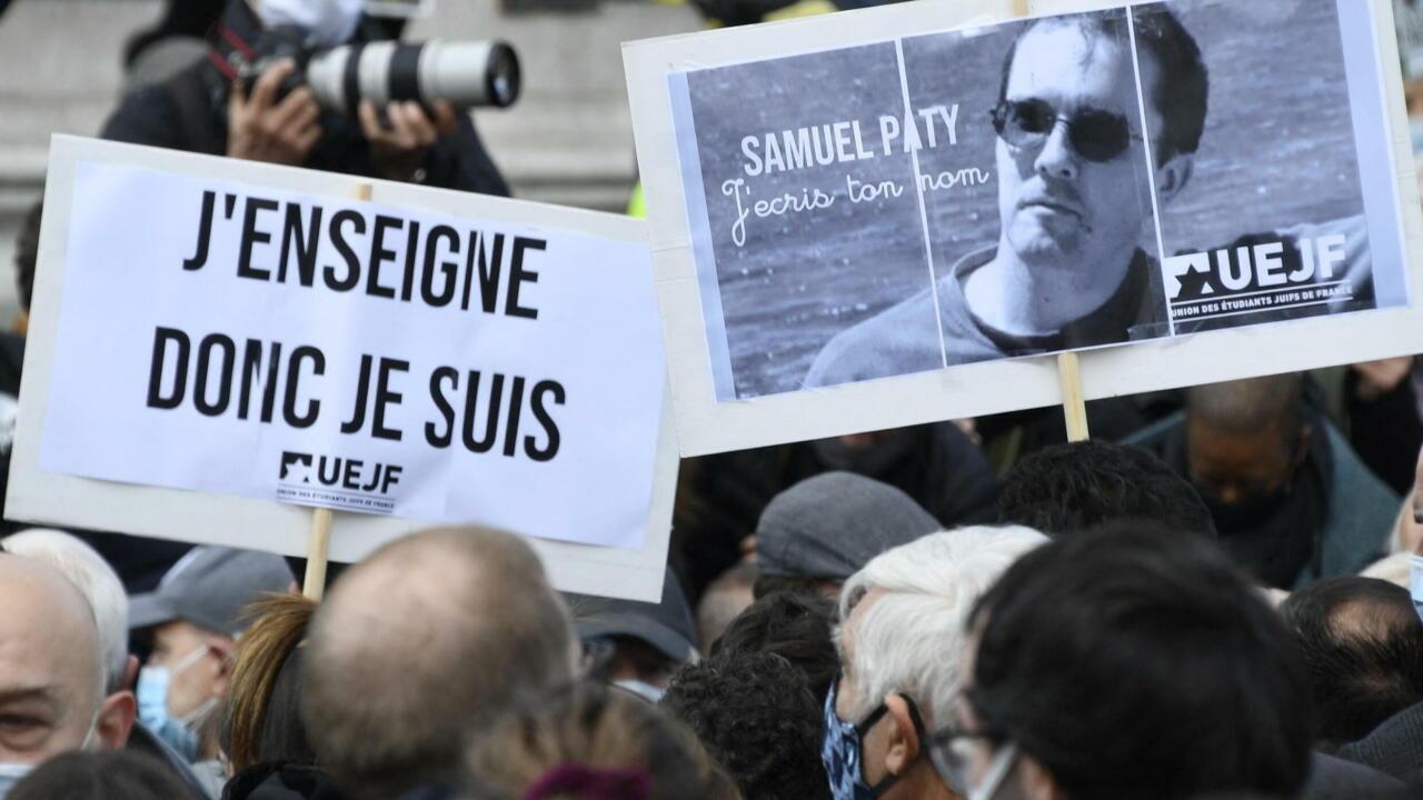 Hommage à Samuel Paty dans sa ville, son collège et à l'Élysée