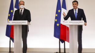 Le ministre de la Santé Olivier Véran (d) et le Premier ministre Jean Castex lors d'une conférence de presse à Paris, le 22 octobre 2020