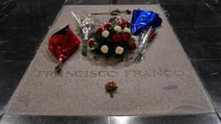 La tombe de Franco, dans son mausolée près de Madrid.