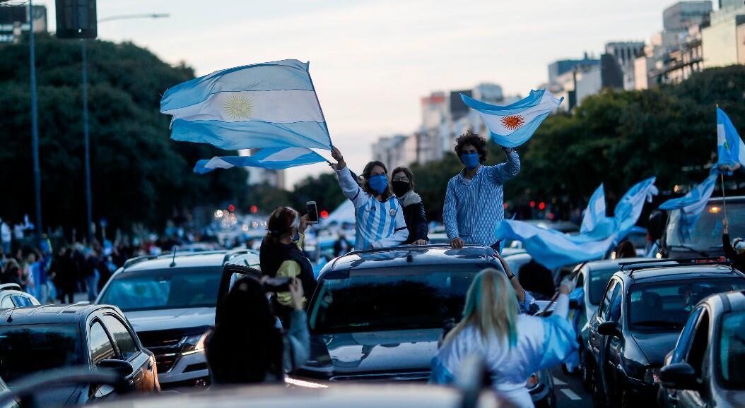 Miles de personas se manifestaron en caravanas o a pie contra la cuarentena instaurada desde el 20 de marzo. En Buenos Aires, Argentina, el 9 de julio de 2020.