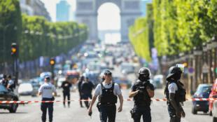 Des forces de l'ordre patrouillant sur les Champs-Elysees le 19 juin 2017.