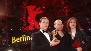 Nadav Lapid, Tom Mercier y Louise Chevillotte posan con el Oso de Oro a la Mejor Película, después de la ceremonia de entrega de premios en el 69º Festival Internacional de Cine de Berlinale en Berlín, Alemania, el 16 de febrero de 2019.