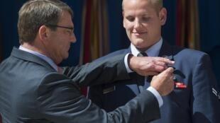 وزير الدفاع الأمريكي أشتون كارتر يقلد سبنسر ستون وساما في البنتاغون 17 سبتمبر/أيلول 2015