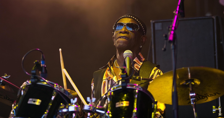 Le batteur Tony Allen, le 27 juin 2010, au festival de Glastonbury au Royaume-Uni.