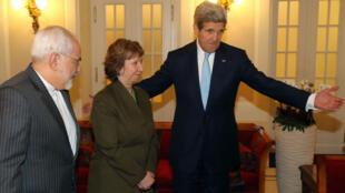 Mohammad Javad Zarif, ministre rianien des Affaires étrangères, Catherine Ashton, ex-chef de la diplomatie européenne, et John Kerry, secrétaire d'État américain.