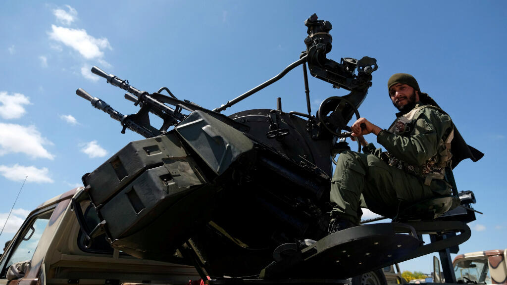 Un integrante del Ejército Nacional de Libia (LNA), comandado por Khalifa Haftar, es visto mientras se dirige a Benghazi para reforzar las tropas que avanzan a Trípoli, en Benghazi, Libia, el 7 de abril de 2019.