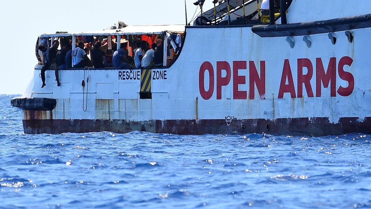 El barco humanitario Open Arms cerca a la costa italiana de Lampedusa el 16 de agosto de 2019.