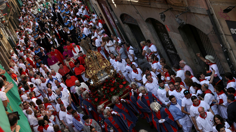 La estatua de San Fermín se exhibe en las calles el día del santo en el festival de San Fermín en Pamplona, en el norte de España, el 7 de julio de 2018. Se cree que San Fermín, patrono de Navarra y primer obispo de Pamplona, protege a los cientos de participantes que corren delante de los toros en los encierros.