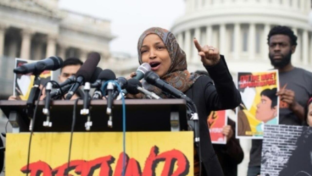 إلهان عمر تتحدث في مؤتمر صحافي خارج مبنى الكونغرس الأمريكي. 7 فبراير/شباط 2019.