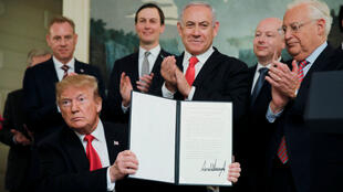 El presidente de Estados Unidos, Donald Trump, muestra la firma en el decreto que reconoce la soberanía israelí sobre los Altos de Golán el 25 de marzo de 2019.