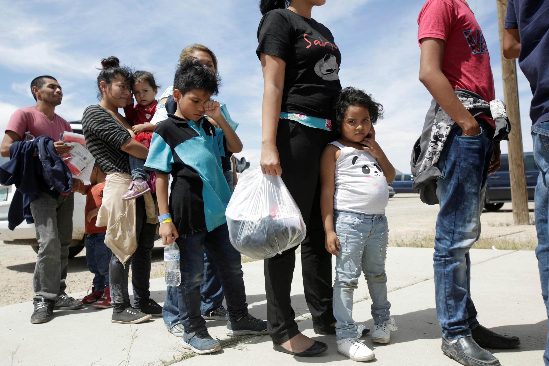 Los migrantes centroamericanos hacen cola antes de ingresar a un refugio temporal, después de cruzar ilegalmente la frontera entre México y los Estados Unidos, en Deming, Nuevo México, Estados Unidos, 16 de mayo de 2019.