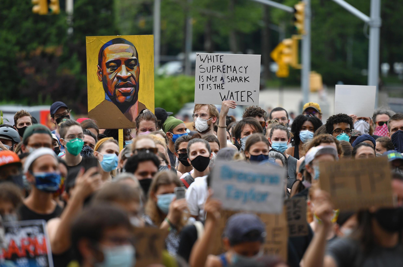 Cientos de persons se manifiestan contra el abuso policial, tras la muerte de George Floyd, en Nueva York, Estados Unidos, el 5 de junio de 2020.