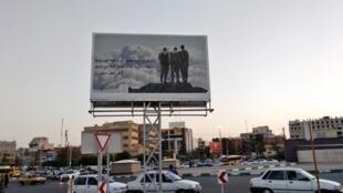 """لوحة إعلانية في مدينة شيراز بمناسبة أسبوع """"الدفاع المقدس"""" في ذكرى الحرب العراقية-الإيرانية"""
