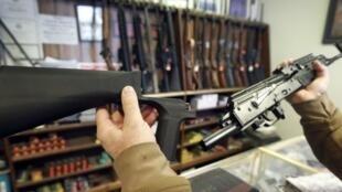 """Un """"bump stock"""", mécanisme permettant aux armes semi-automatiques de tirer des centaines de balles à la minute, présenté dans un magasin d'armes à feu, le 5 octobre 2017, à Salt Lake City."""