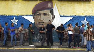 Des Vénézuéliens faisant la queue à Caracas, dimanche 15 octobre, pour voter.