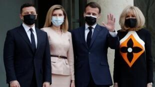 El presidente francés Emmanuel Macron y su esposa Brigitte Macron dando la bienvenida al presidente ucraniano Volodímir Zelenski y a su esposa Olena, para un almuerzo de trabajo en el Palacio del Elíseo en París, Francia, el 16 de abril de 2021.