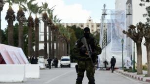 عنصر من القوات الخاصة أمام متحف باردو