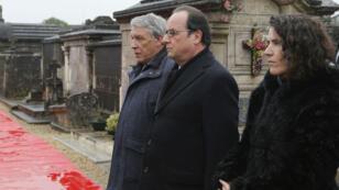 François Hollande s'est recueilli sur la tombe de François Mitterrand, entouré de Gilbert Mitterrand et Mazarine Pingeot.