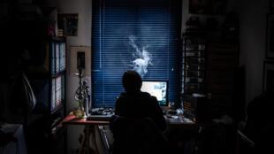 Une personne en télétravail chez elle à Givors, près de Lyon, le 30 mars 2020, pendant le confinement