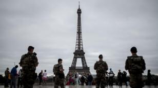 La tour Eiffel accueille chaque année quelque six millions de visiteurs.