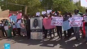 المتظاهرون السودانيون في الخرطوم نددوا بالمجلس العسكري الانتقالي.