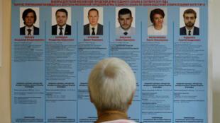 Un elector revisa la información de candidatos en una mesa electoral durante las elecciones al parlamento de Moscú, Rusia, el el 8 de septiembre de 2019.