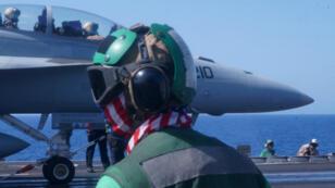 Des marins de la Navy se préparent au décollage d'un avion de chasse depuis le porte-avions Harry S. Truman, le 7 juin 2016.