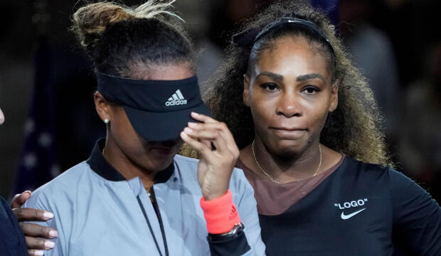 Naomi Osaka de Japón llora mientras Serena Williams de los Estados Unidos la consuela después de que la multitud la abucheó durante la ceremonia de trofeos después de la final de mujeres en el día trece del torneo abierto de tenis de 2018 en el USTA Billie Jean.