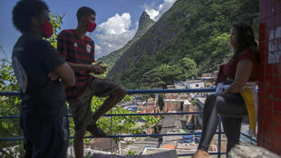Jóvenes participan el 20 de abril de 2020 en una jornada desinfección en juna favela de Rio de Janeiro
