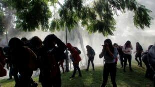 Estudiantes son dispersados con un cañón de agua, durante enfrentamientos con la policía, en Santiago, el 9 de mayo de 2018