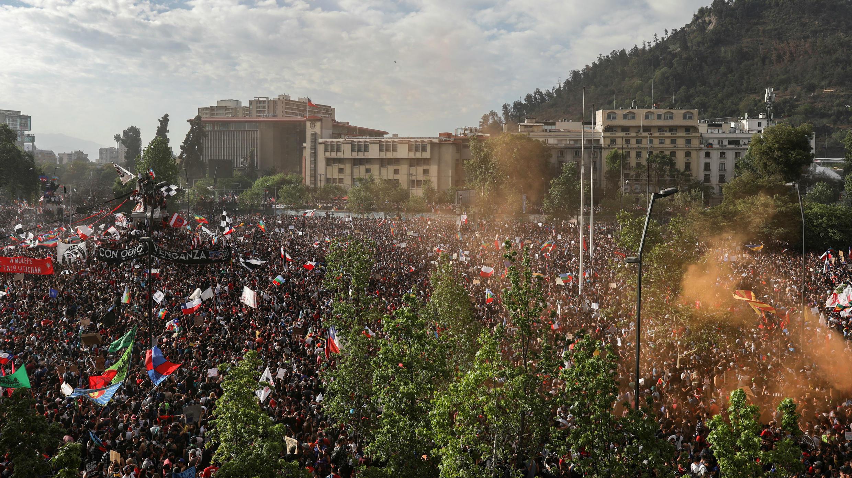 Una multitud protesta contra el modelo económico estatal de Chile en Santiago de Chile, Chile, el 25 de octubre de 2019.