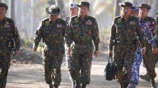صورة التقطت في 3 شباط/فبراير 2018 لقائد جيش بورما مين اونغ هلاينغ (وسط) وكبار القادة العسكريين في اليوم الثاني من تدريبات عسكرية في منطقة دلتا إراوادي